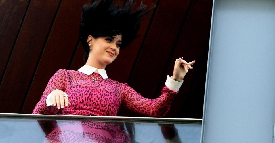 """Katy Perry acena para fãs na sacada do hotel em que está hospedada no Rio de Janeiro. Ela está na cidade para divulgar seu novo filme, """"Katy Perry: Part of Me"""" (30/7/12)"""
