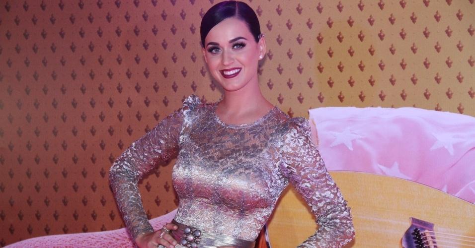 """Katy Perry posa com um vestido Dolce&Gabbana na pré-estreia de """"Katy Perry: Part of Me 3D"""" no Rio de Janeiro (30/7/12)"""