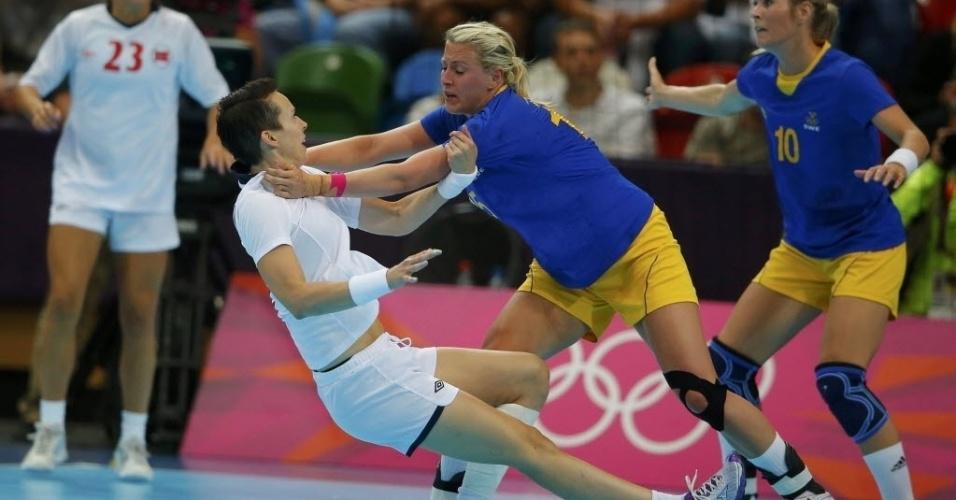 Kristine Lunde-Borgersen, da Noruega, colide com sueca Johanna Ahlm durante partida do handebol feminino