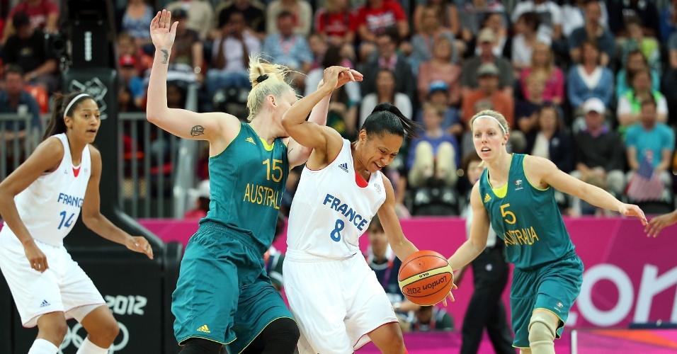 Lauren Jackson, da Austrália, exibe tatuagens no braço direito ao marcar atleta francesa