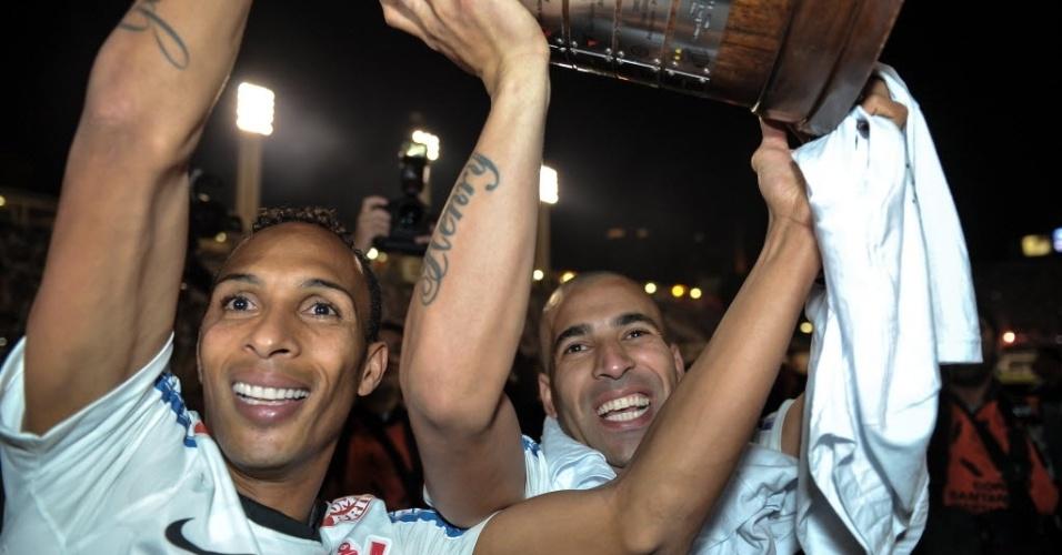 Liedson e Emerson erguem troféu da Libertadores