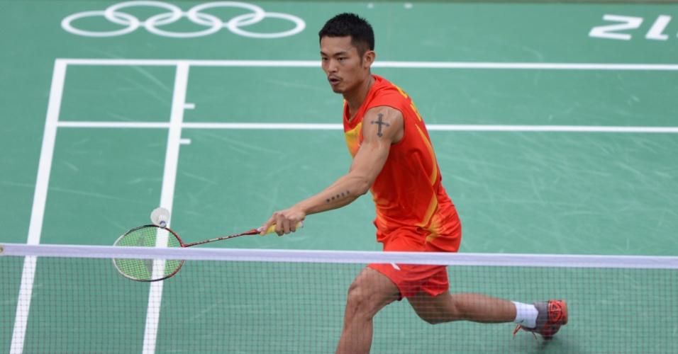 Lin Dan, atleta chinês do Badminton exibe cruz e estrelas tatuadas no braço durante partida em Londres