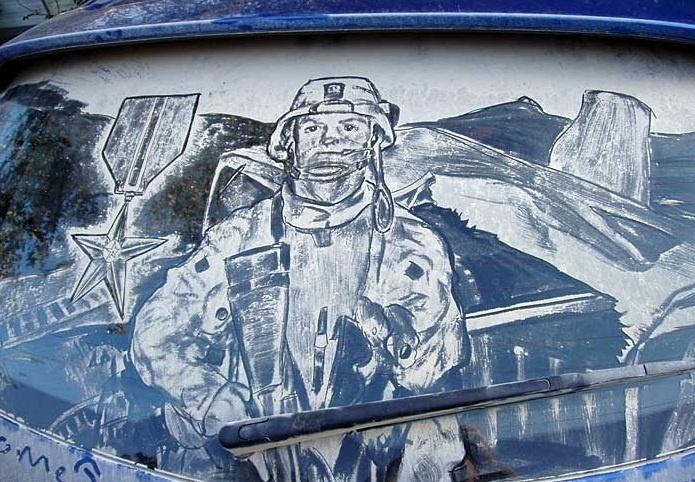 Mas um dos homenageados de Scott Wade foi o fuzineiro naval norte-americano Childress