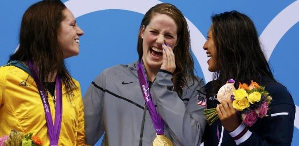 Missy Franklin, dos EUA, sorri no centro do pódio após o ouro nos 100 m costas