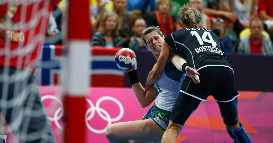 Montenegrina Savic segura Deonise e tenta evitar o chute da brasileira em lance do handebol feminino em Londres