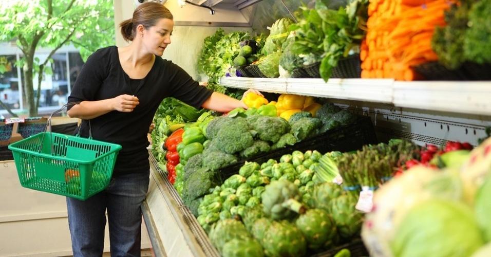 Mulher fazendo compras no supermercado, legumes, vegetal, compras, lista, alimentação saudável