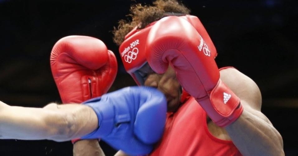 No meio da guarda, Andrique Allisop é atingido durante seu combate na categoria leve (60 kg)