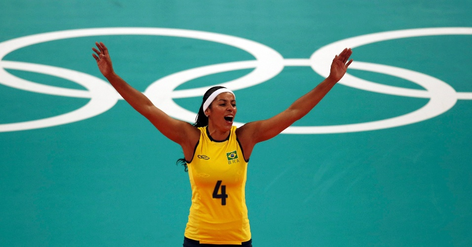 Paula Pequeno comemora ponto brasileiro em partida contra os EUA no vôlei feminino