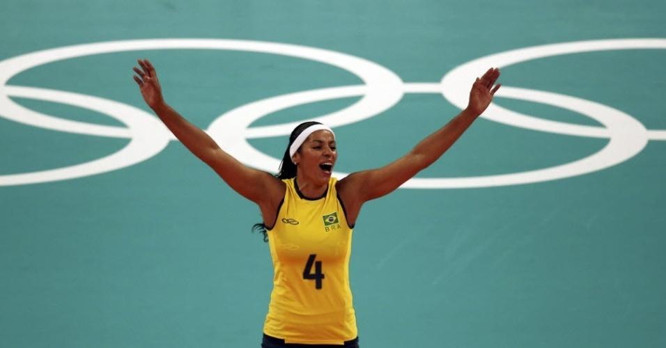 Paula Pequeno comemora ponto da seleção brasileira na partida contra os Estados Unidos, em Londres