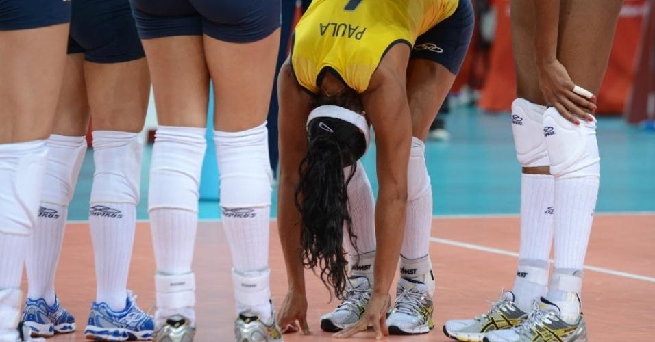 Paula Pequeno fica abaixada, com dores no pé direito, enquanto jogadoras da seleção a observam
