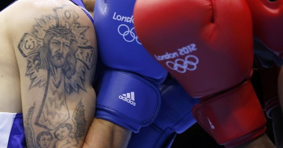 Pugilista Vasilii Belous escolheu uma tatuagem de tema religioso para o seu braço