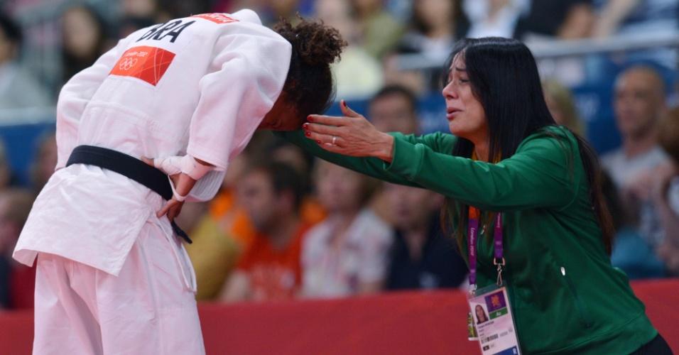 Rafaela Silva é consolada pela técnica Rosicleia Campos após ser eliminada da Olimpíada por aplicar um golpe ilegal