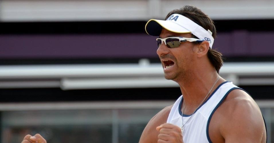 Ricardo comemora ponto contra dupla britânica pela segunda rodada do vôlei de praia