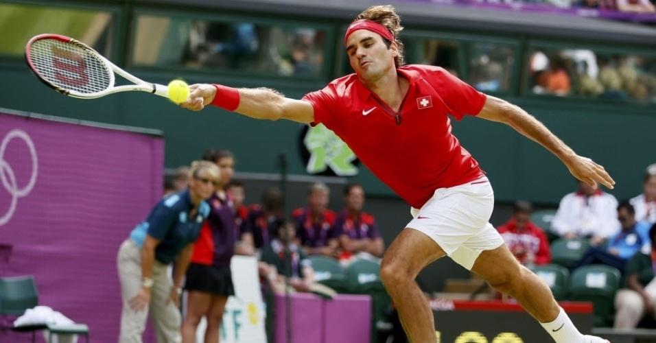 Roger Federer se estica para devolver contra Julien Benetteau durante vitória na segunda rodada (30/07/2012)