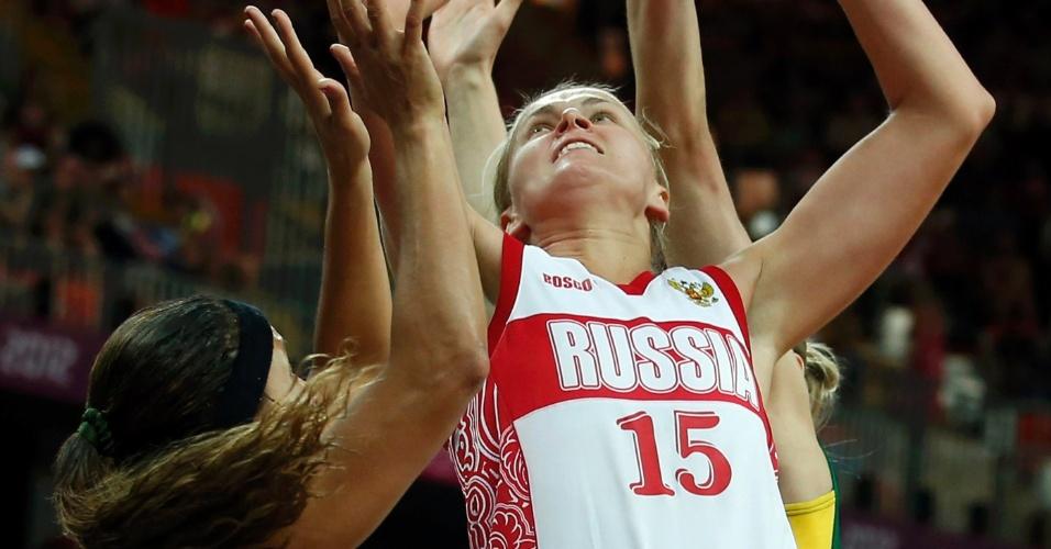Russa Nadezhda Grishaeva tenta o arremesso marcada de perto pela brasileira Adrianinha