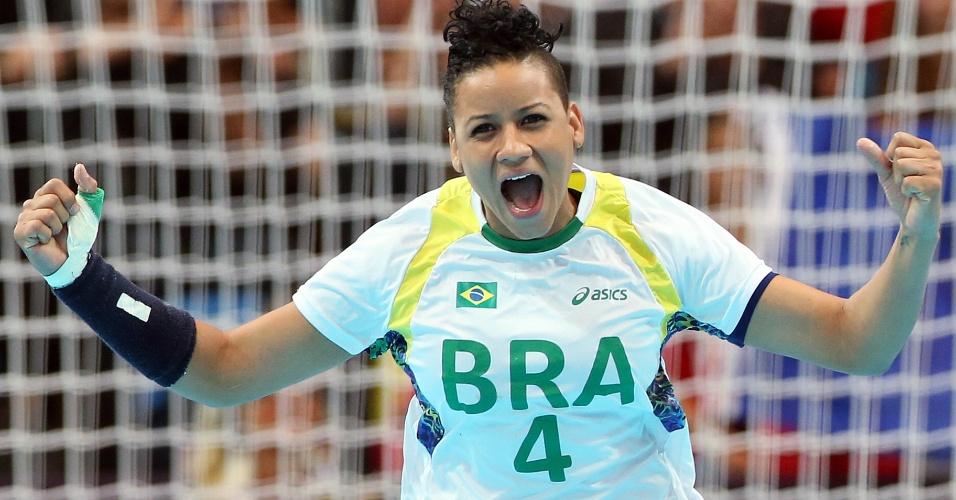 Samira comemora ao marcar um gol para o Brasil contra Montenegro no handebol feminino em Londres (30/07/2012)