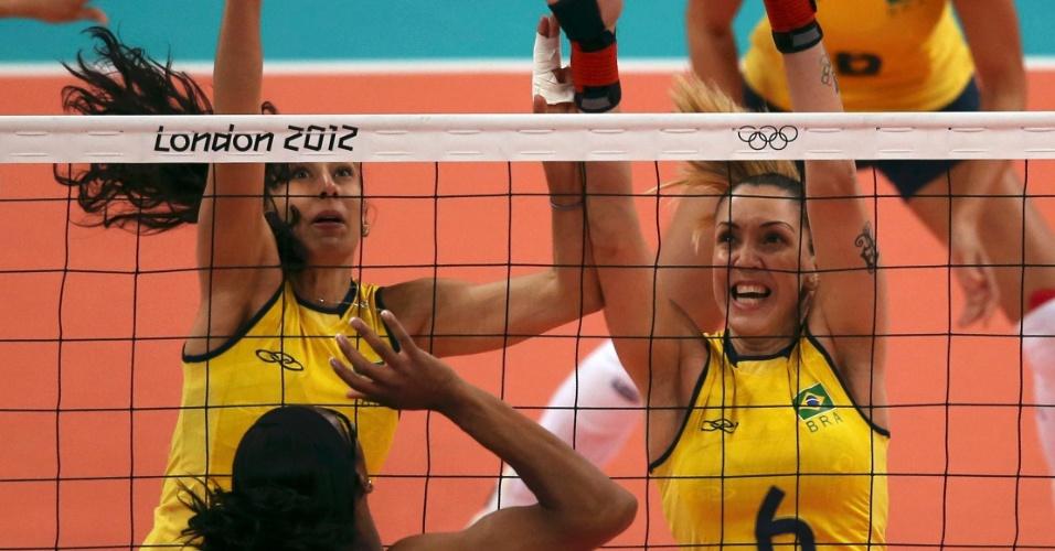 Scheila e Thaísa tentam bloquear ataque de atleta dos Estados Unidos