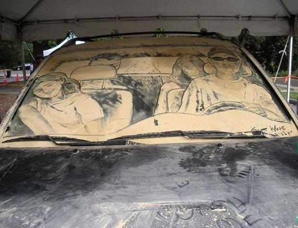 Scott Wade consegue até representar a família completa no vidro de um carro, basta ele estar sujo