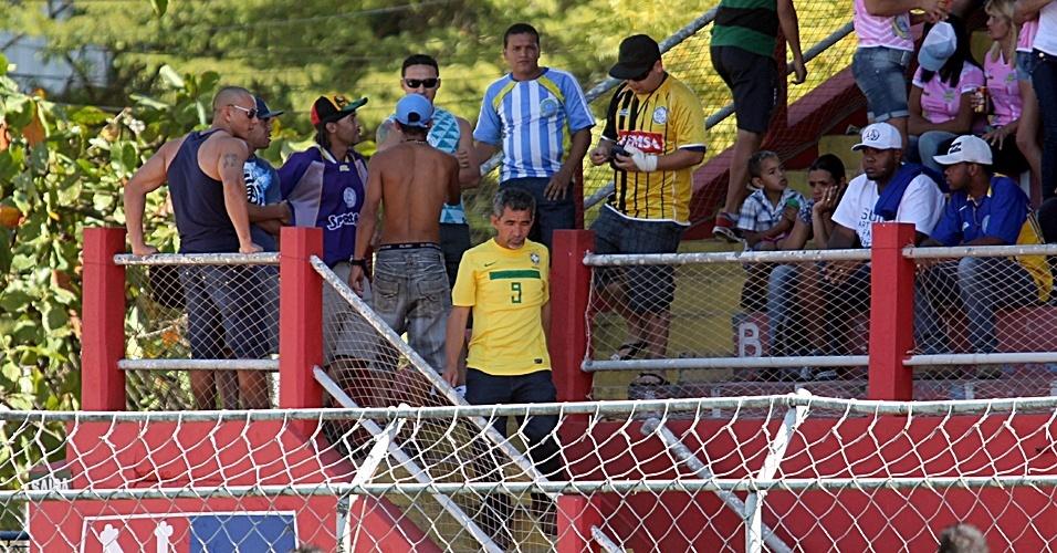 Seu Natalino desce para o campo para cumprimentar os amigos do Ajax do Jardim São Jorge