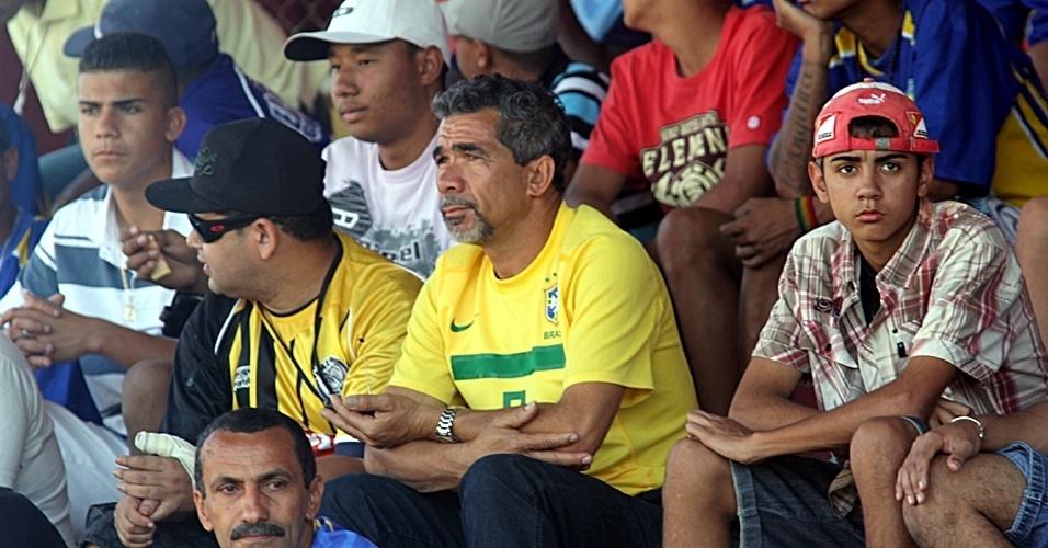 Seu Natalino, pai de Leandro Damião, e o amigo Jânio no campo do Nacional, em São Paulo