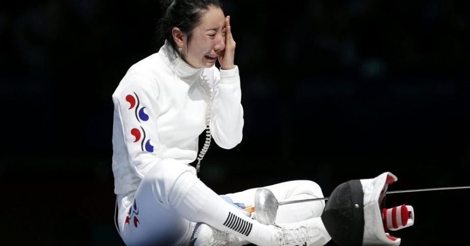 Shin A Lam chora após ter sido declarada derrotada para alemã Britta Heidemann na esgrima, categoria espada
