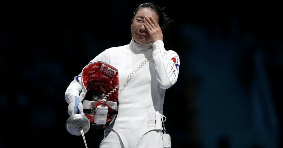 Shin A Lam cohora após ser declarada derrotada na semifinal da esgrima