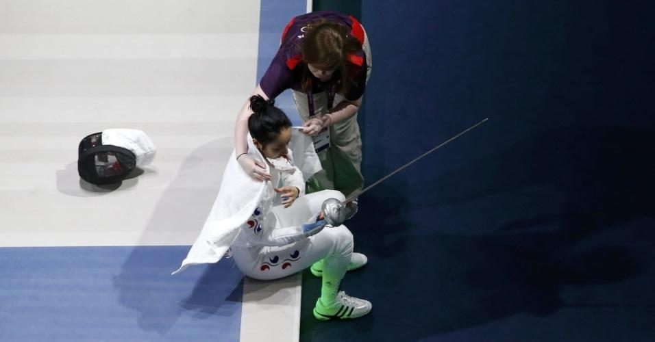 Sul-coreana Shin A Lam chora após ter sido declarada derrotada nas semifinais da esgrima, categoria espada