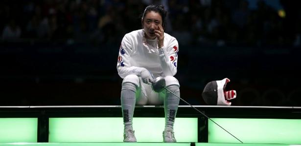 Sul-coreana Shin A Lam chora após ser derrotada nas semifinais da espada, na segunda-feira