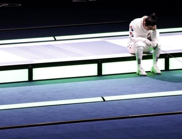 Sul-coreana Shin A Lam lamenta ser declarada derrotada pelos juízes na semifinal da esgrima, categoria espada