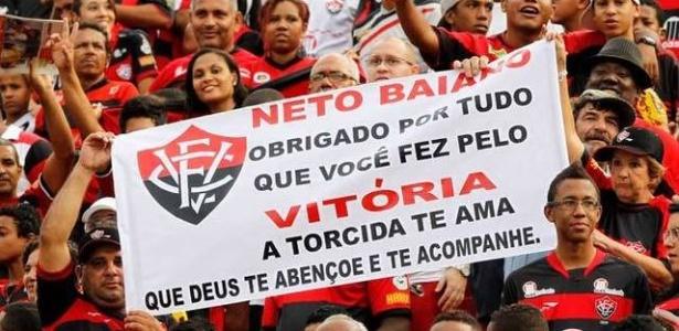 Torcida do Vitória homenageia o atacante Neto Baiano, negociado com o Japão