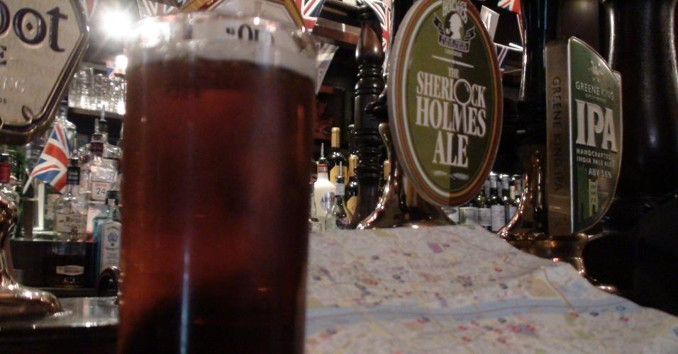 1ª parada: O pub  tem uma cerveja chamada também Sherlock Holmes, que é bom não exagerar