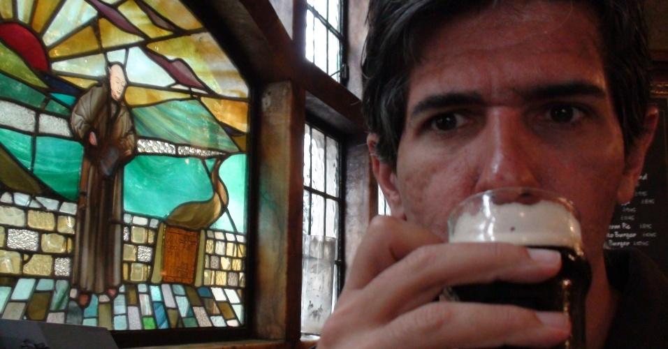 3ª parada: Apesar do vitral com motivos religiosos, isso é um pub e um dos mais tradicionais de Londres