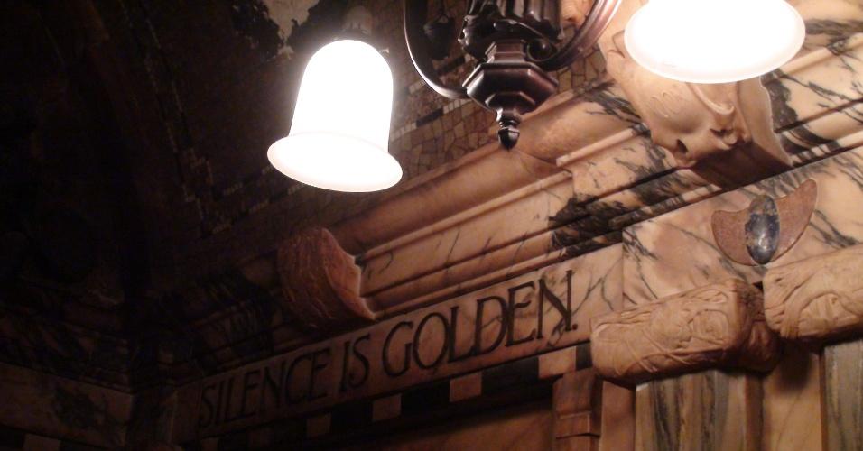 """3ª parada: Inscrição em mármore na parede do pub The Black Friars bar diz """"o silêncio é ouro"""""""