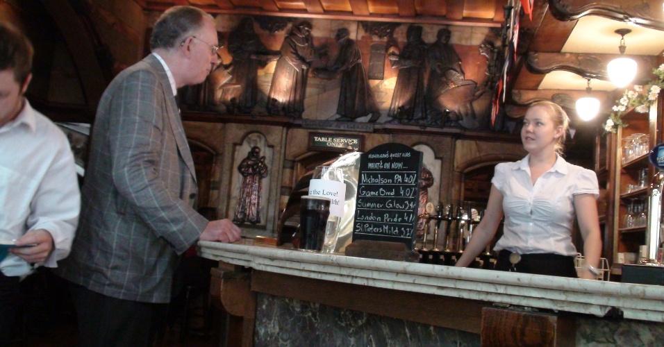 3ª parada: O pub é o centro da sociabilização na Inglaterra; então, freguês puxa papo com garçonete