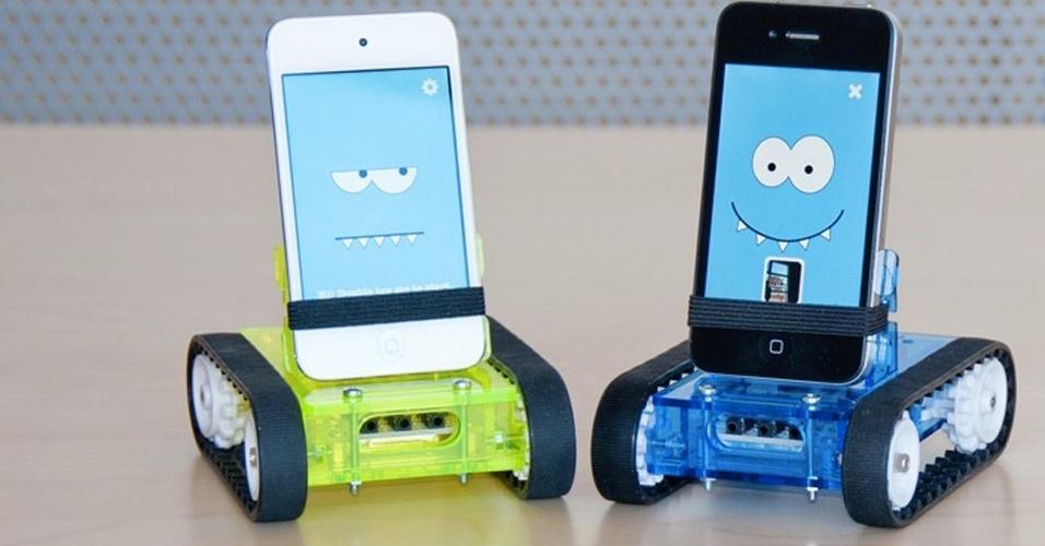 31.7.2012 - ''Oi, eu sou o Romo''. O simpático gadget transforma smartphones em uma espécie de robozinho. É compatível com iPhone 3G, 3GS, 4 e 4S, além da família Samsung Galaxy e Motorola Droid. Dá para baixar vários aplicativos, a maioria para controlar remotamente o robô. Da Romotive, US$ 149