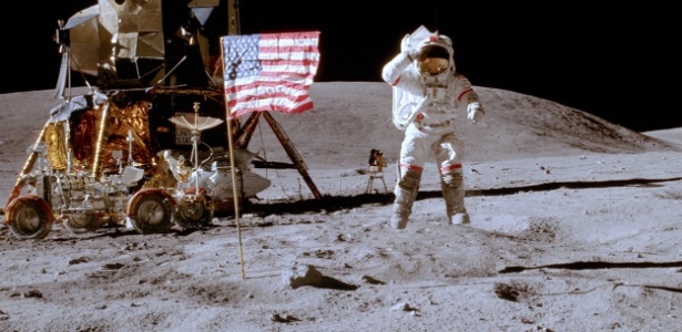 Em foto de abril de 1972, John W. Young, comandante da Apollo 16, aparece ao lado de uma das bandeiras fincadas na Lua
