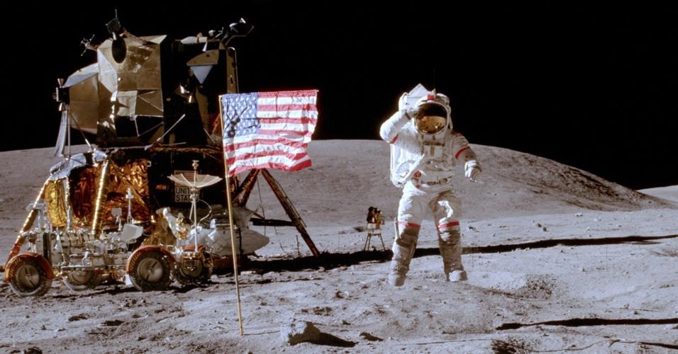 31.jul.2012 - Cinco das seis bandeiras norte-americanas fincadas na Lua pelas missões tripuladas Apolo há quatro décadas continuam de pé, segundo divulgou a Nasa (Agência Espacial dos Estados Unidos) nesta terça-feira (31). Nesta foto, de abril de 1972, John W. Young, comandante da Apollo 16, aparece ao lado de uma das bandeiras na superfície lunar