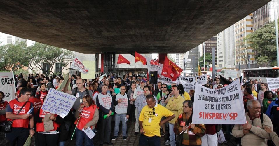31.jul.2012 - Em São Paulo, servidores públicos federais organizaram manifestação sob o vão do MASP, na Avenida Paulista