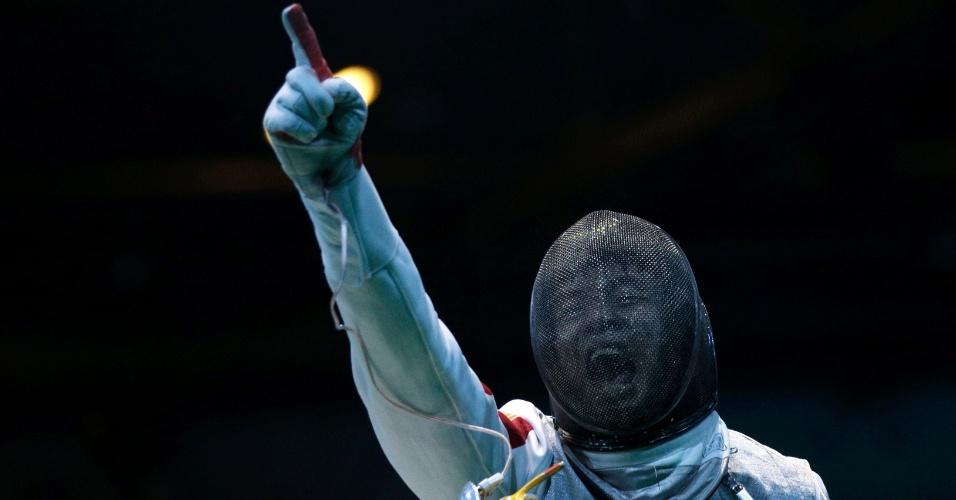 31.jul.2012 - Esgrimista Ma Jianfei, da China, comemora a vitória sobre o russo Artur Akhmatkhuzin, durante prova de esgrima nos Jogos Olímpicos de Londres