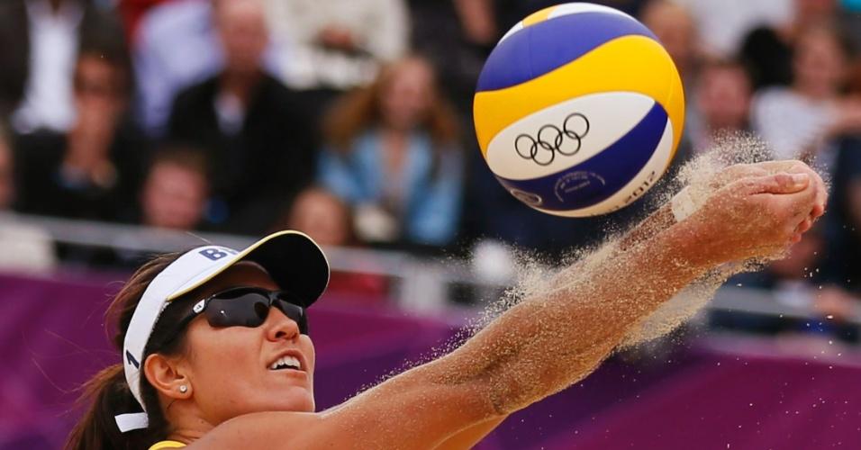 31.jul.2012 - Jogadora brasileira Maria Elisa Antonelli defende bola durante jogo do vôlei de praia contra a Alemanha, nos Jogos Olímpicos de Londres, no Reino Unido