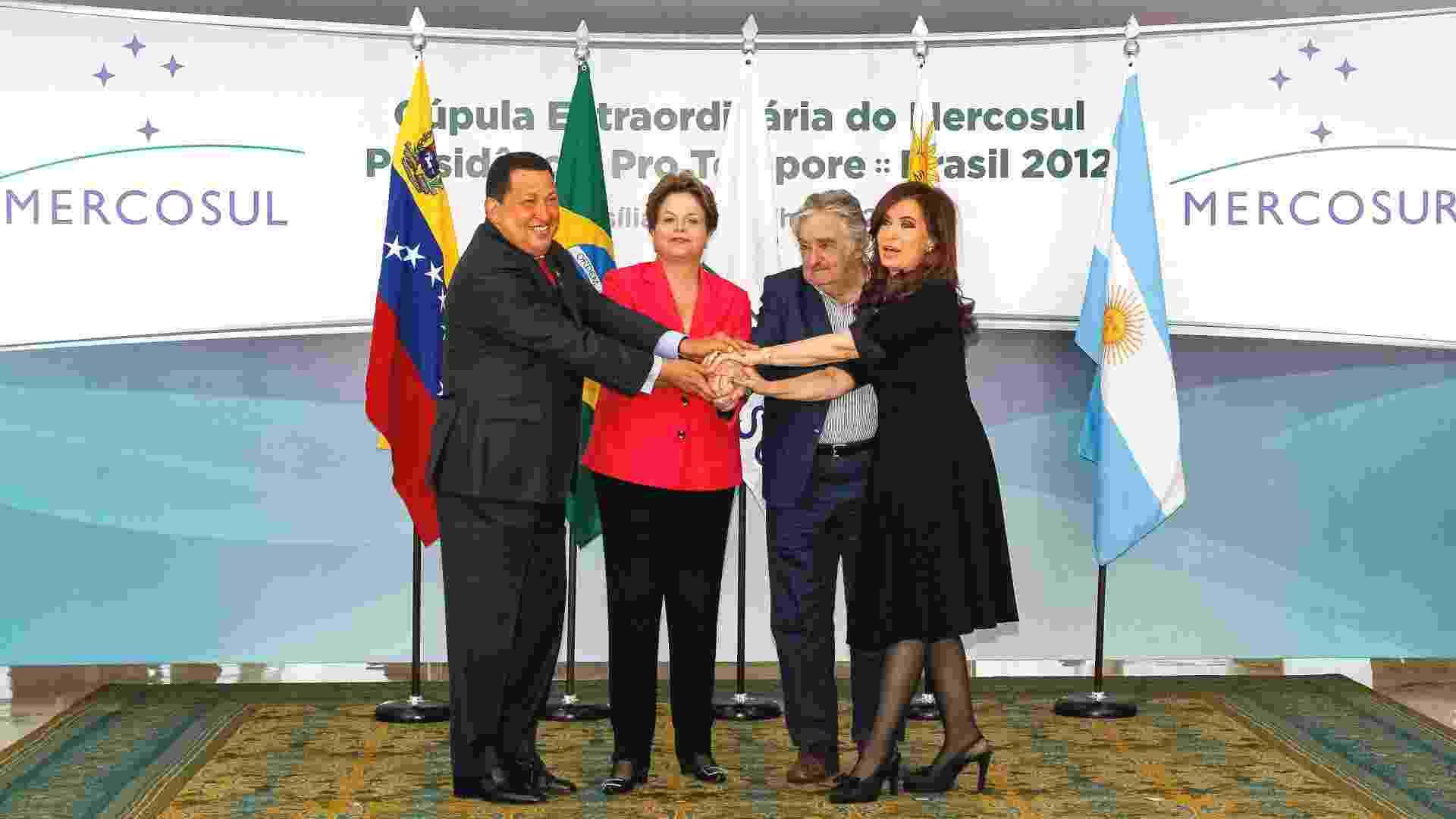 31.jul.2012 - Presidente Dilma Rousseff posa para fotografia oficial da Cúpula Extraordinária do Mercosul nesta terça-feira (31), ao lado dos presidentes da Venezuela, Hugo Chavez, do Uruguai, José Pepe Mujica, e da Argentina, Cristina Kirchner, em Brasília (DF) - Roberto Stuckert Filho/PR