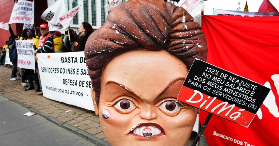 31.jul.2012 - Servidores federais de várias categorias fizeram manifestação nesta terça-feira (31) em São Paulo
