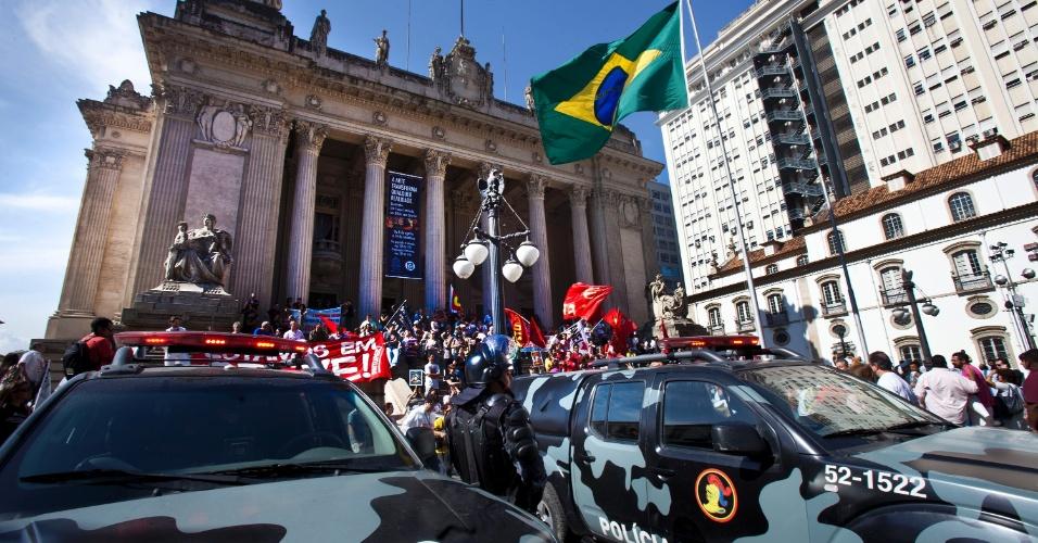 31.jul.2012 - Servidores federais de várias categorias fizeram manifestação nesta terça-feira (31) no centro do Rio de Janeiro, da Candelária à Assembleia Legislativa