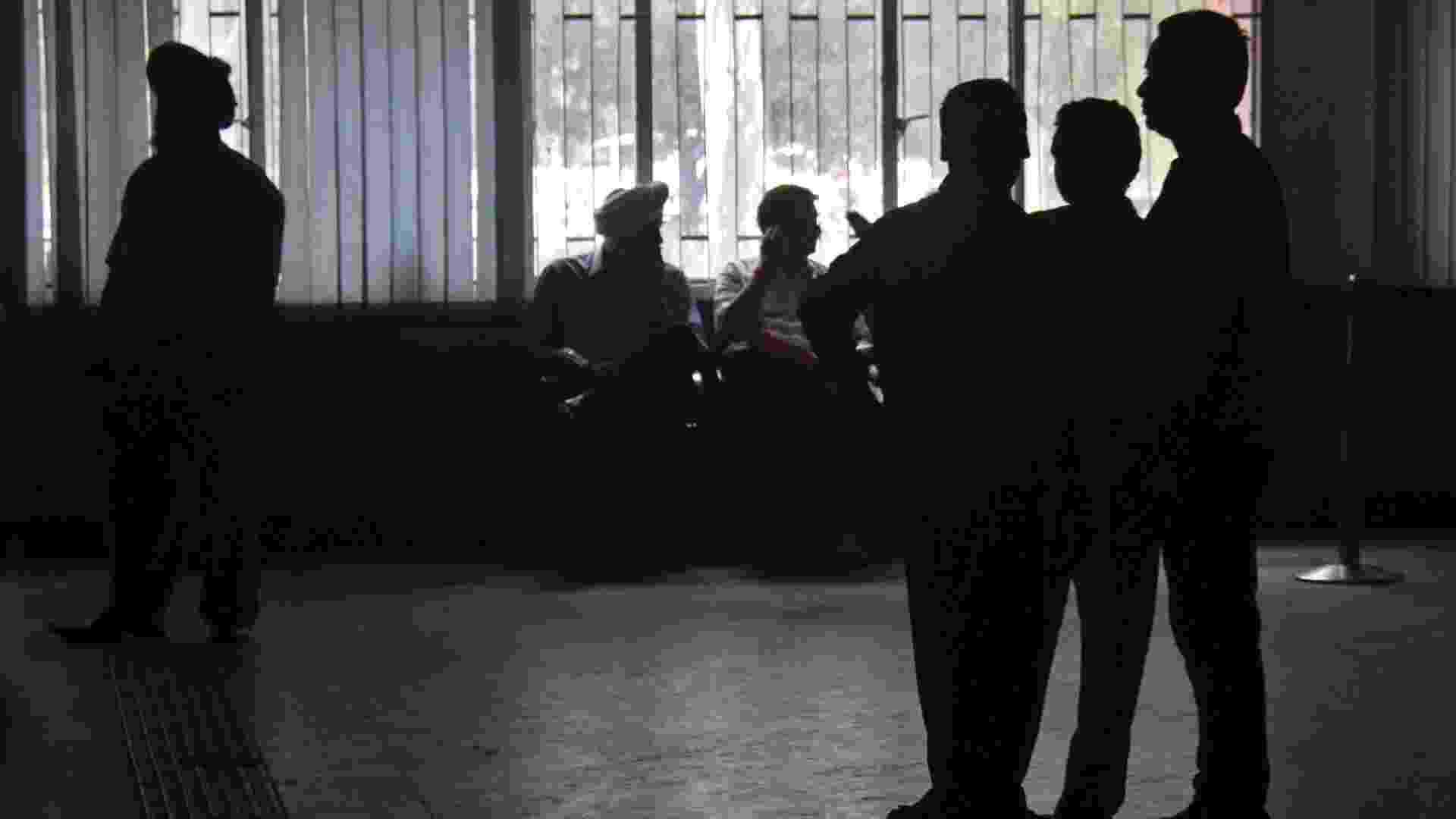 31.jul.2012 - Um blecaute atingiu 15 estados do norte e leste da Índia nesta terça-feira (31). Foi o segundo dia consecutivo de problemas na rede de energia elétrica. Na foto, a população espera a volta da energia em um prédio público da cidade de Chandigarh - Ajay Verma/Reuters