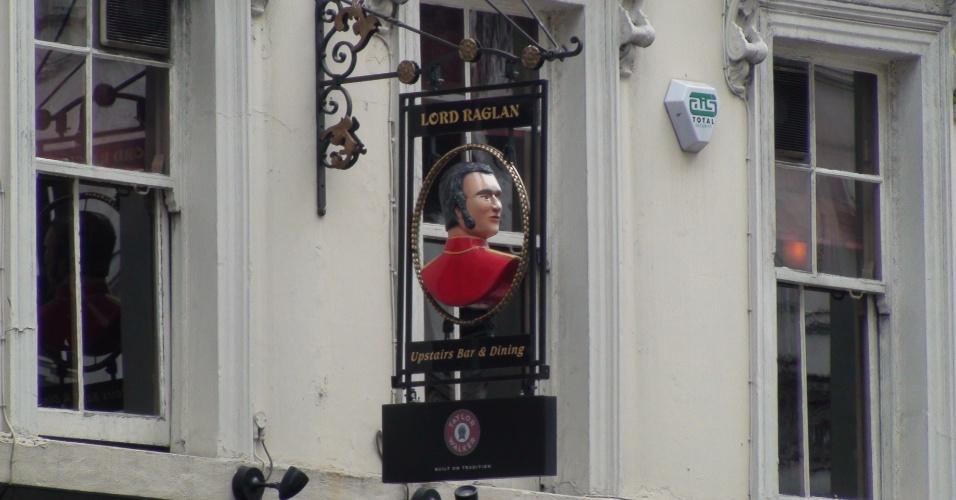 4ª parada: Placa na fachada anuncia o pub Lord Raglan, que fica nas proximidades do catedral Saint Paul