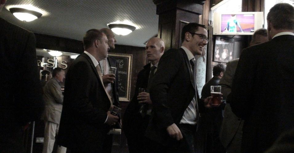6ª parada: Chega o horário da happy hour, e pub fica lotado com engravatados do distrito financeiro de Londres