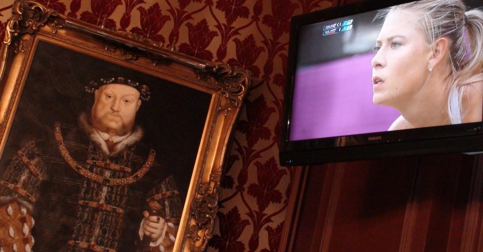 7ª parada: A TV com a russa Maria Sharapova e o quadro do rei Henrique 8º dividem a decoração do pub