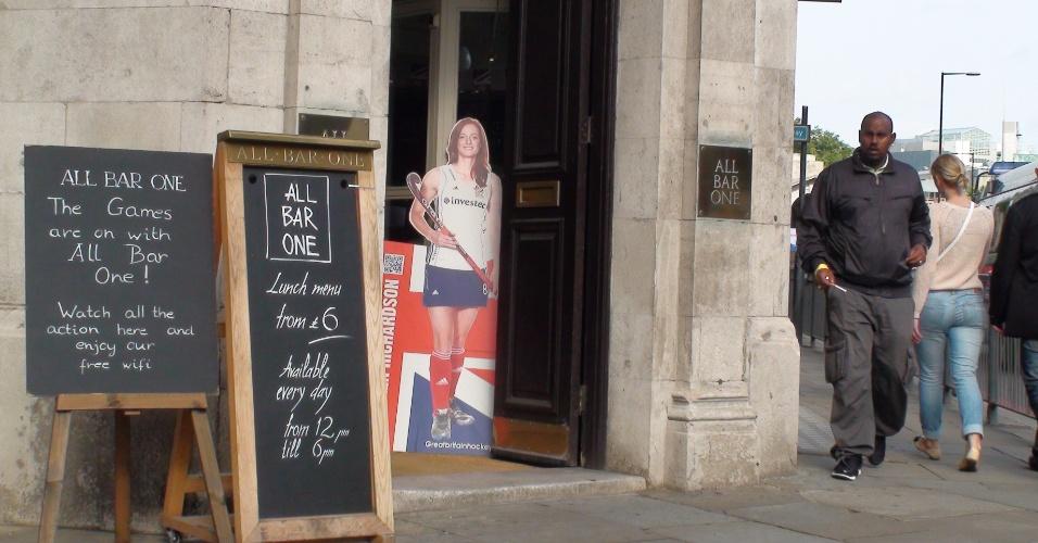 8ª parada: Display da jogadora britânica de hóquei  Helen Richardson decora a entrada do pub All Bar One