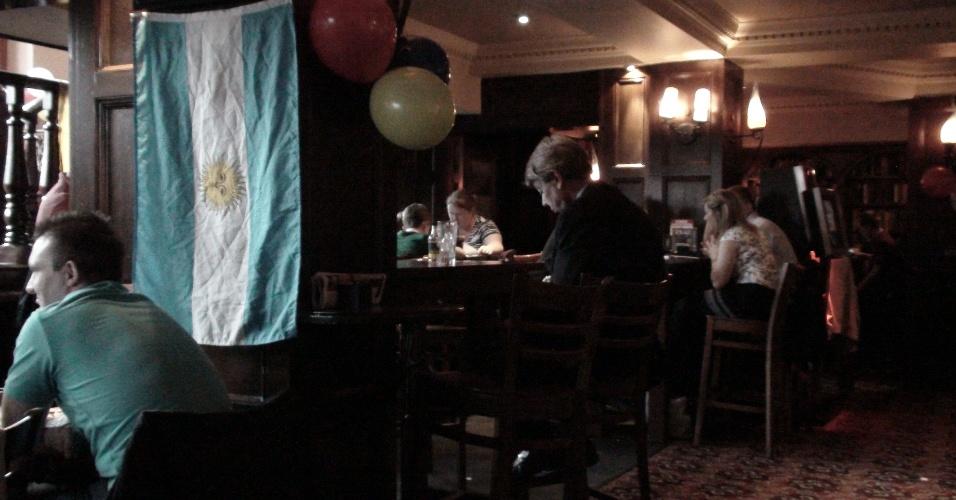 9ª  parada: O pub The Liberty Bounds mostra sua tolerância e exibe bandeira da Argentina em uma parada
