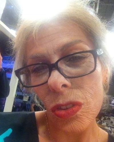 """Adriane Galisteu apresentou o """"Muito+"""" desta terça-feira (31/7/12) caracterizada como a personagem """"Véia"""". Durante a tarde, ela publicou foto em seu Twitter com a seguinte mensagem: """"Aquele beijo da VÉIA inté.... Love"""""""